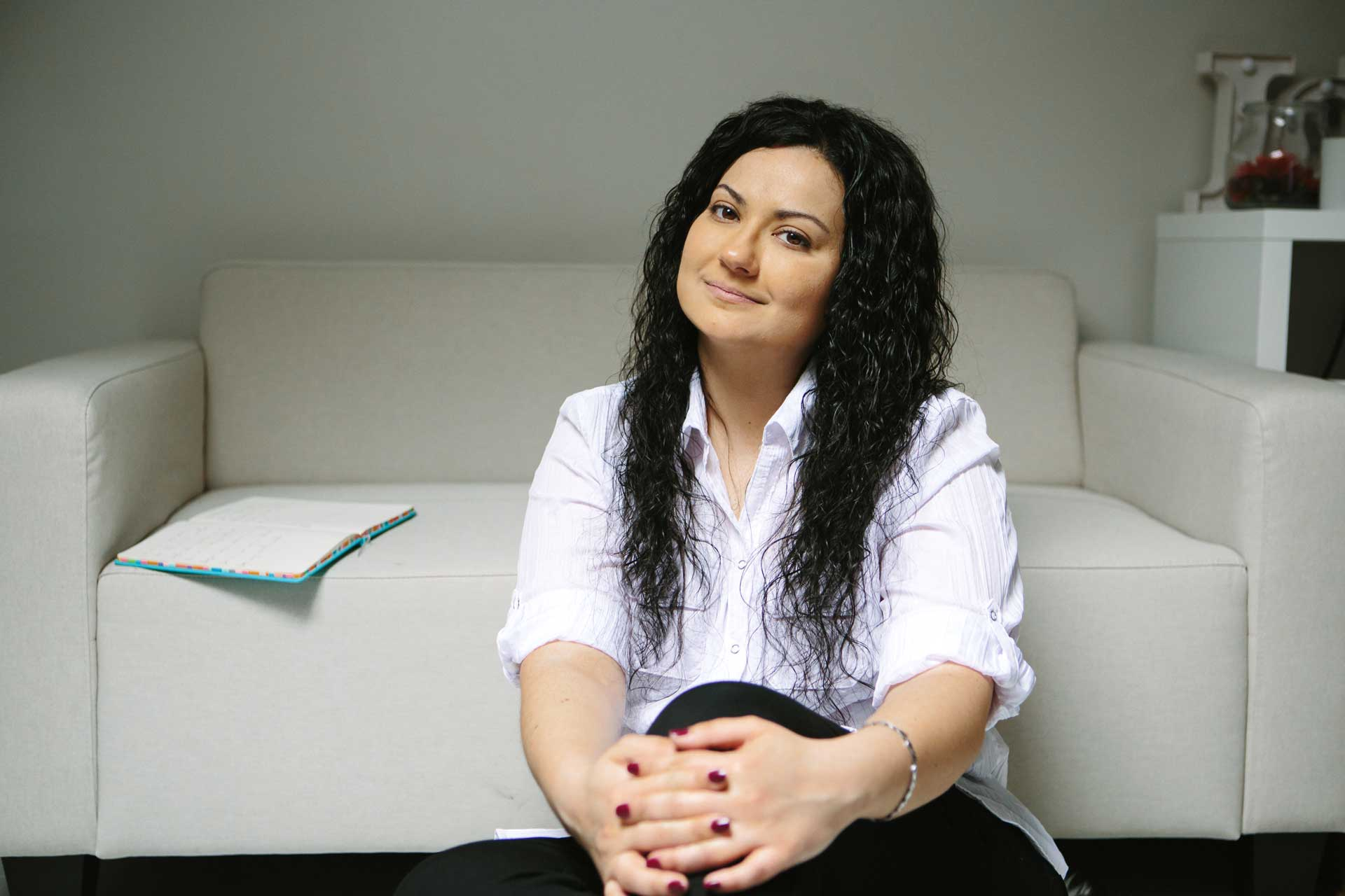 Olga-sentada-sofa